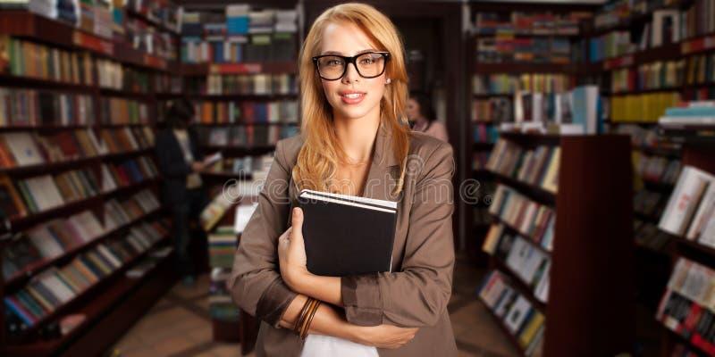 Fille geeky fraîche dans la librairie photo stock