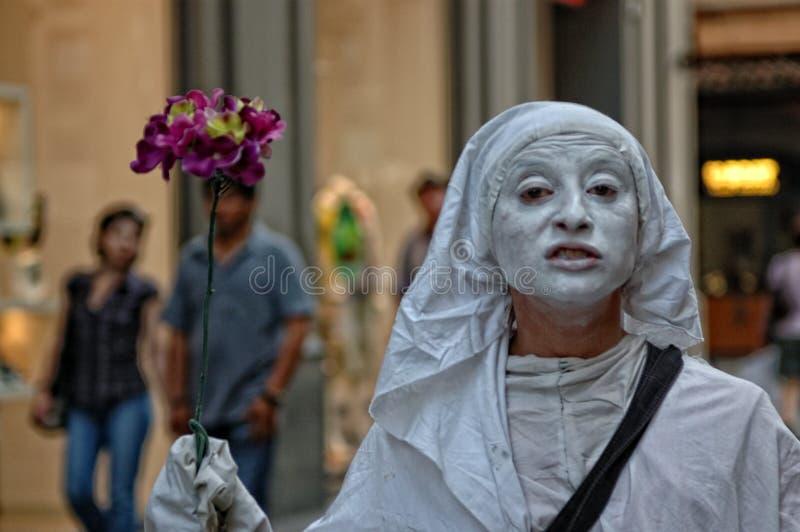 Fille gitane jouant le mimo dans les rues de Florence photo libre de droits