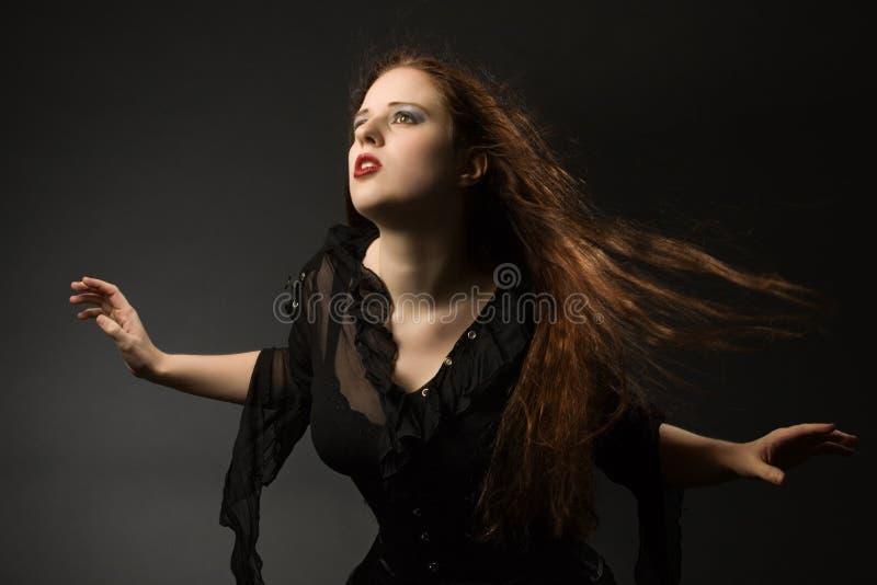 Fille gothique dans le vent photo stock