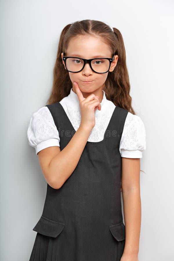 Fille grimaçante sérieuse de pensée d'élève avec de longs cheveux images libres de droits