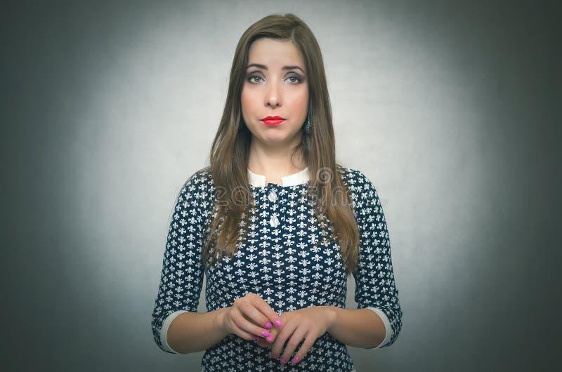 Fille hésitante timide Portrait modeste de femme images stock