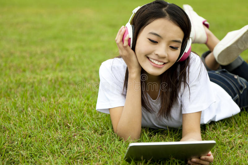 Fille heureuse à l'aide du PC de tablette photo libre de droits