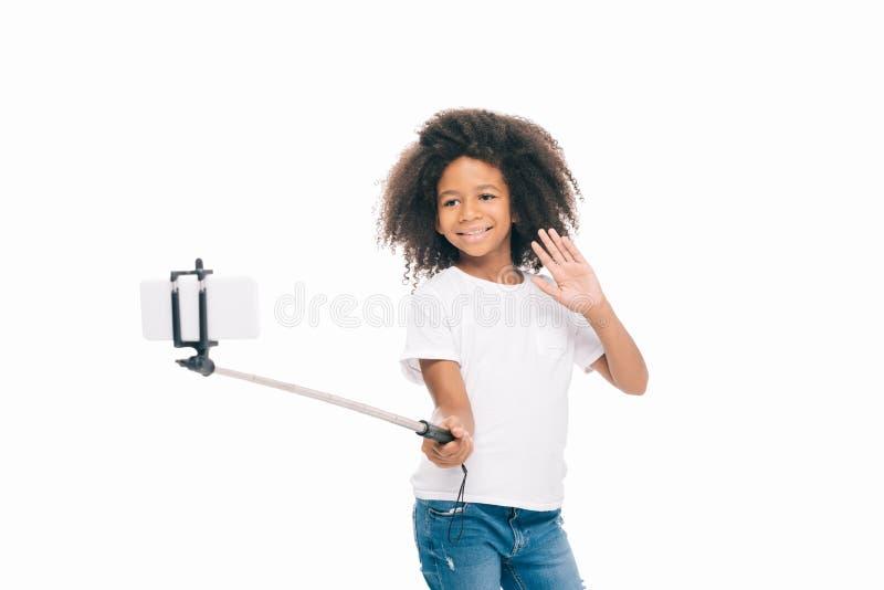 fille heureuse adorable d'afro-américain prenant le selfie avec le smartphone photo stock