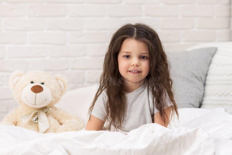Fille heureuse adorable de petit enfant avec l'ours de nounours image stock