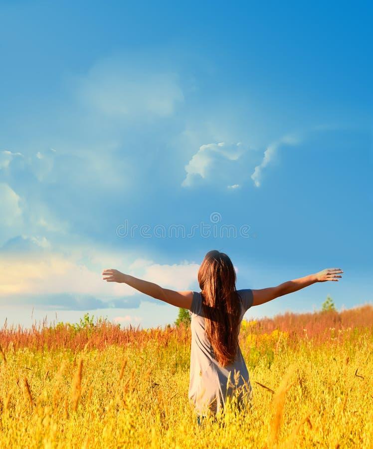 Fille heureuse appréciant le bonheur sur le pré ensoleillé photographie stock