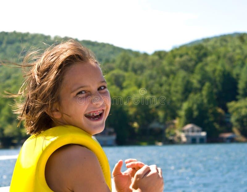 Fille heureuse au lac image libre de droits