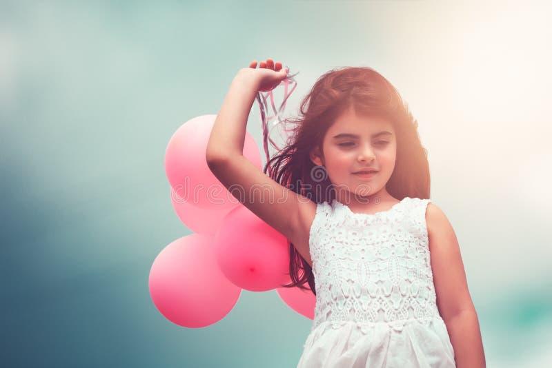 Fille heureuse avec des ballons à air photographie stock libre de droits
