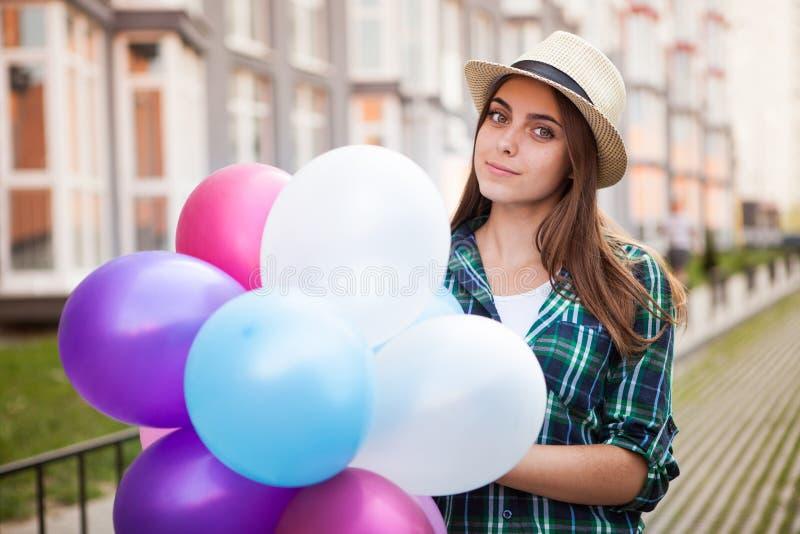 Fille heureuse avec des ballons dehors images libres de droits