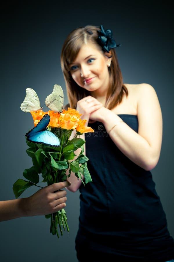 Fille heureuse avec des fleurs photos libres de droits
