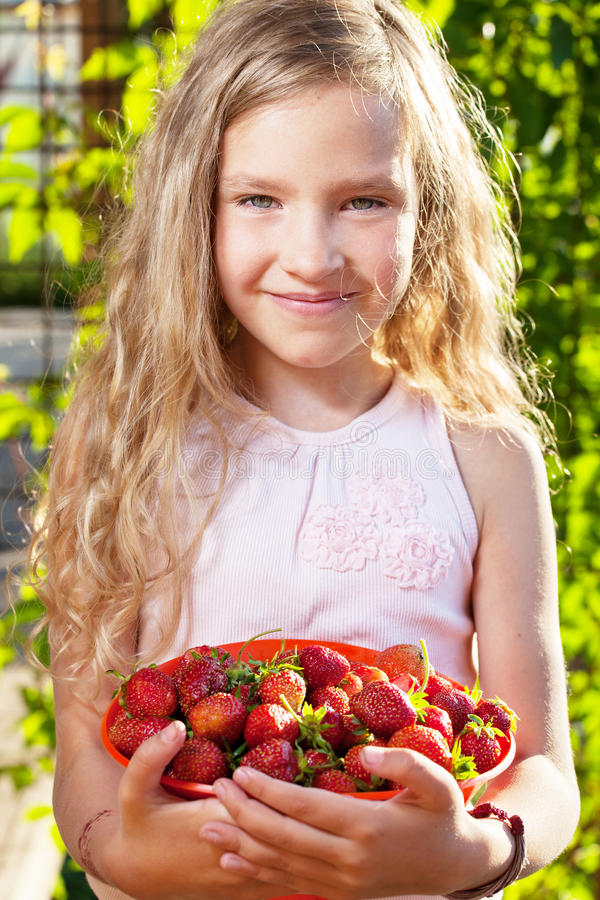 Fille heureuse avec la fraise image libre de droits