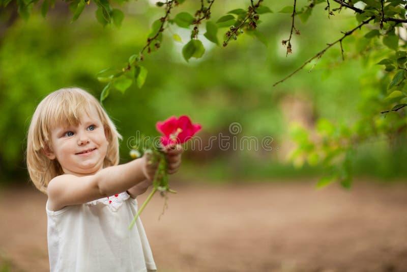 Fille heureuse avec la tulipe photo stock