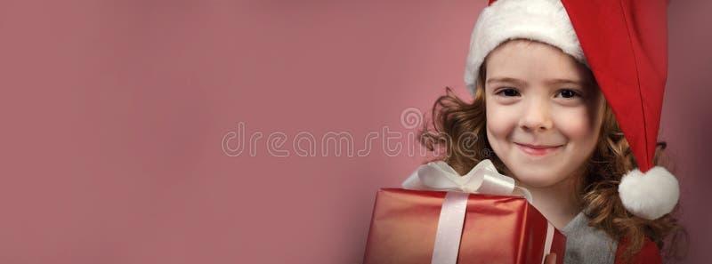 Fille heureuse avec le boîte-cadeau rouge photos stock