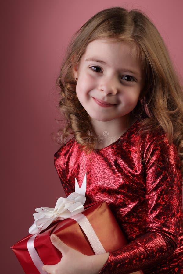 Fille heureuse avec le cadre de cadeau photographie stock libre de droits