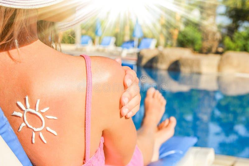Fille heureuse avec le soleil sur elle de retour à la piscine dans la nature photographie stock libre de droits