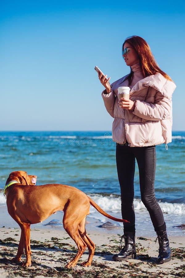 Fille heureuse avec un chien à la mer photo libre de droits