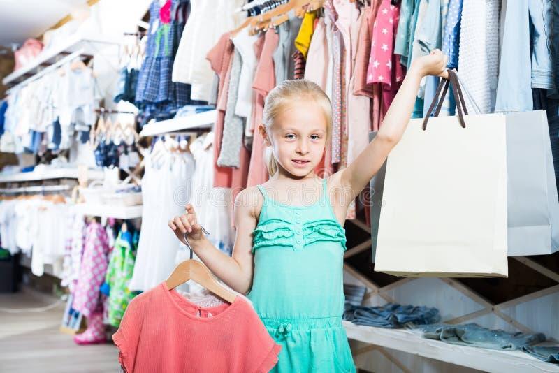 Download Fille Heureuse Chez La Boutique De Vêtements Des Enfants Image stock - Image du loisirs, propriétaire: 76082177