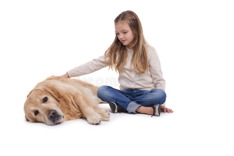 Fille heureuse choyant son chien image libre de droits