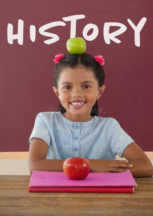 Fille heureuse d'étudiant à la table contre le tableau noir rouge avec le texte d'histoire illustration libre de droits