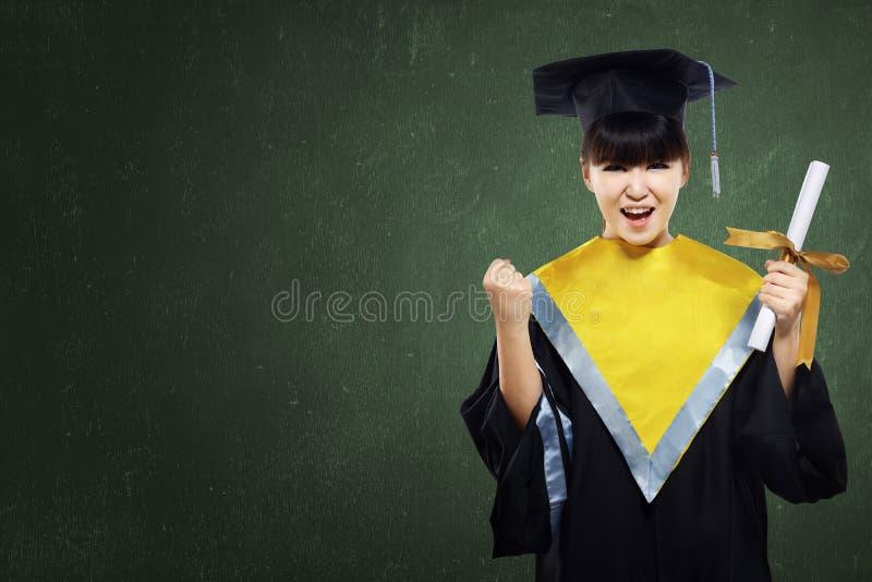 Fille heureuse d'étudiant gradué avec le rouleau photographie stock