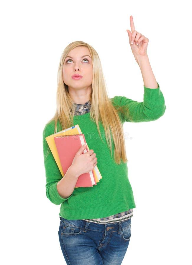 Fille heureuse d'étudiant se dirigeant vers le haut sur l'espace de copie images libres de droits