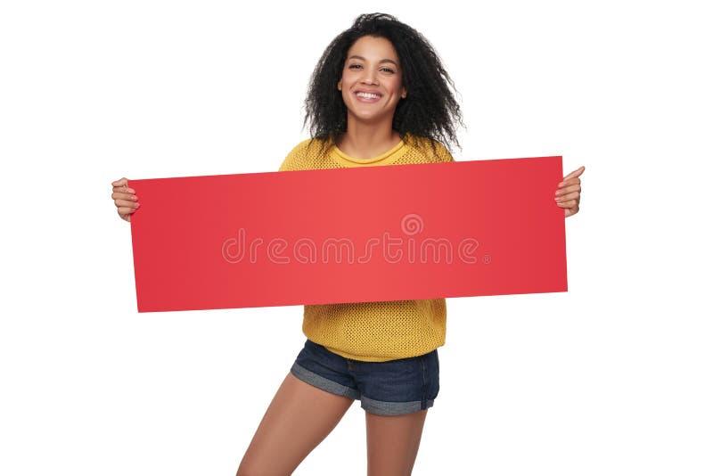 Fille heureuse d'afro-américain montrant la bannière vide images stock