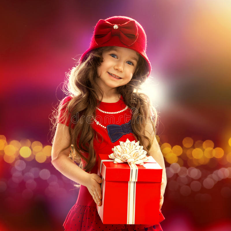 Fille heureuse d'enfant avec le boîte-cadeau photos stock