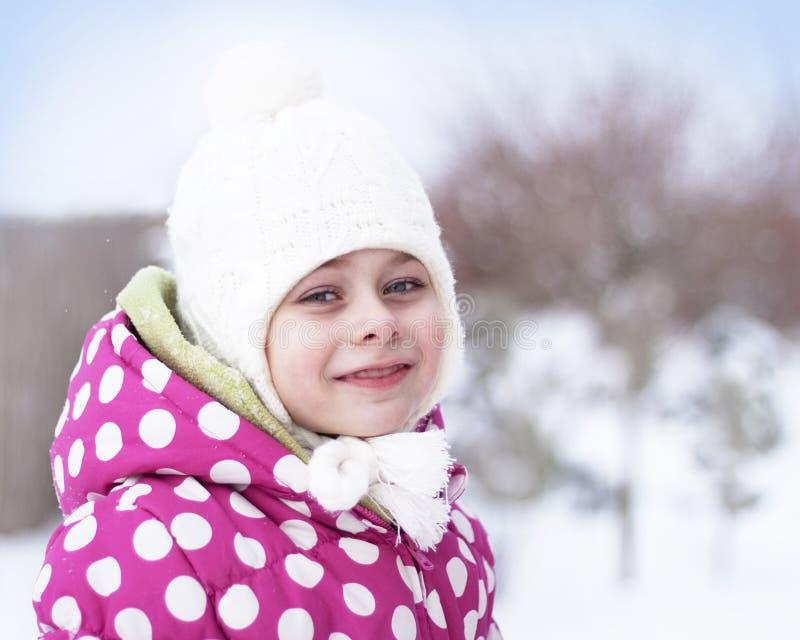 Fille heureuse d'enfant ayant l'amusement dans la neige - horaire d'hiver photos stock