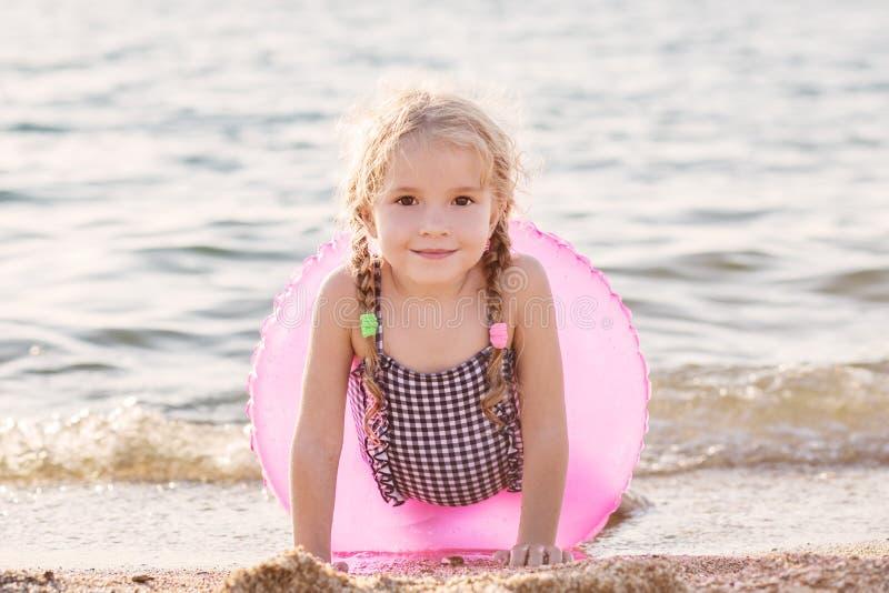 Fille heureuse d'enfant en bas âge avec le cercle gonflable images stock