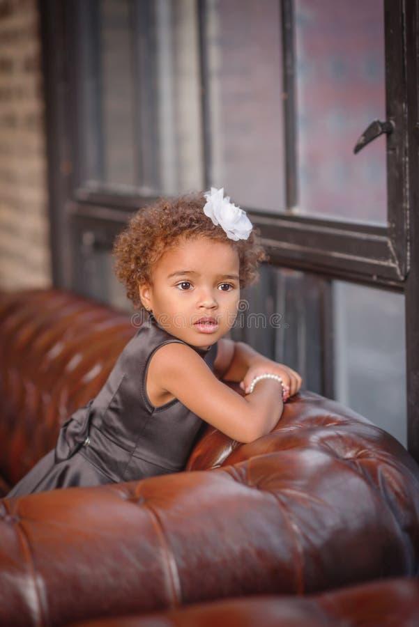 Fille heureuse d'enfant en bas âge de métis photo libre de droits