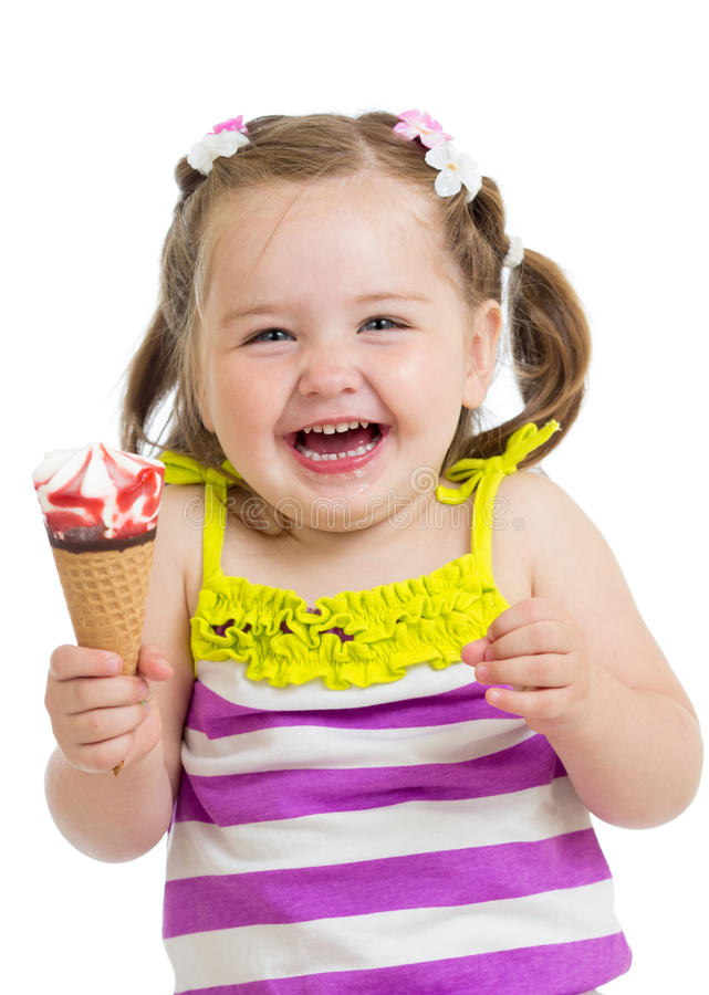 Fille heureuse d'enfant mangeant de la glace image stock