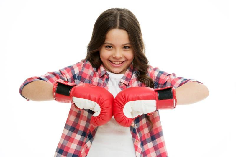 Fille heureuse dans des gants de boxe d'isolement sur le blanc Sourire de petit enfant dans la pose de boxe Boxeur d'enfant prêt  photo libre de droits