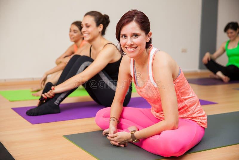 Fille heureuse dans la classe de yoga photos libres de droits