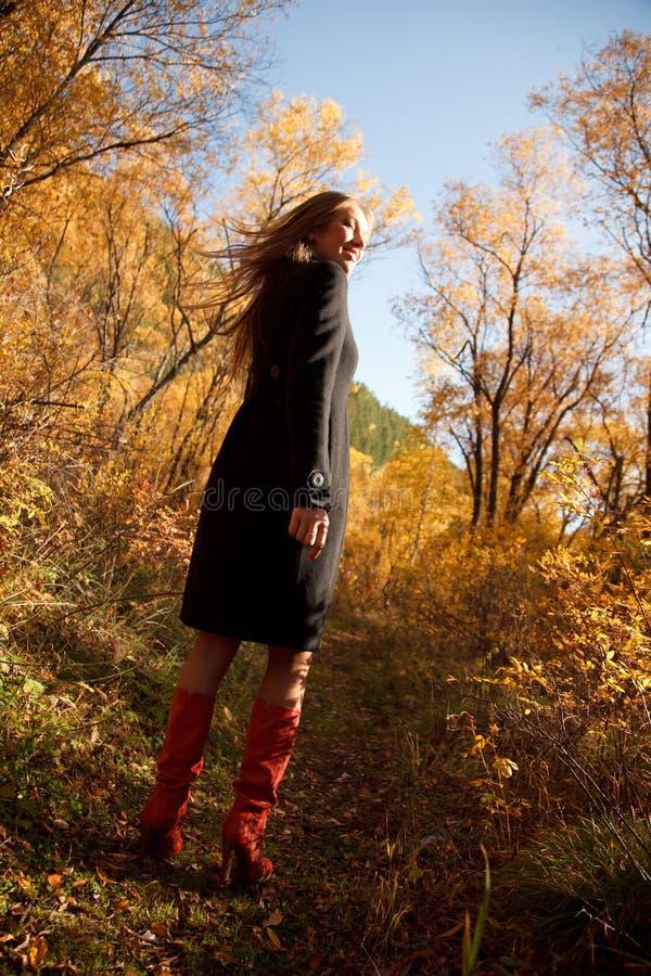 Fille heureuse dans la forêt d'automne photos libres de droits