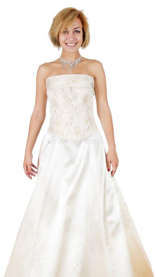 Fille heureuse dans une robe et un collier de soirée blancs image libre de droits