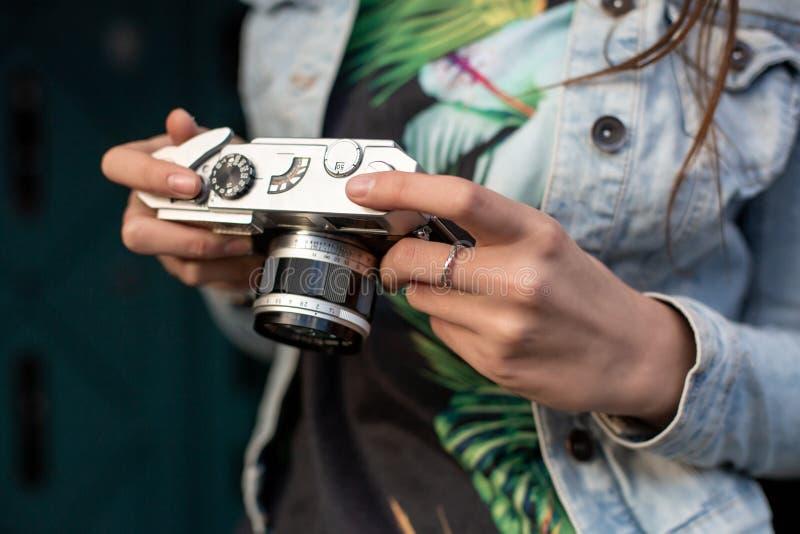 Fille heureuse de hippie faisant la photo avec le rétro appareil-photo sur la rue de ville Colse-up image libre de droits
