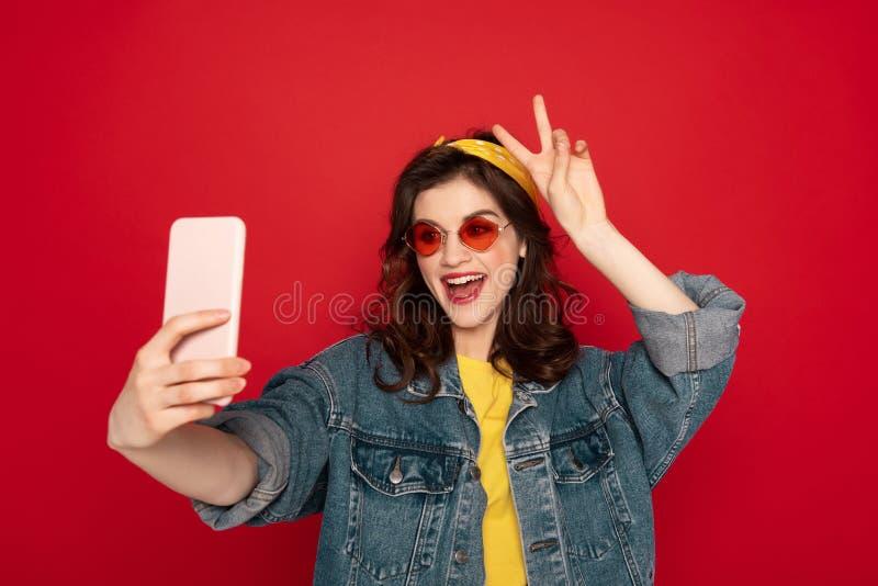 Fille heureuse de hippie faisant le selfie au t?l?phone portable image libre de droits