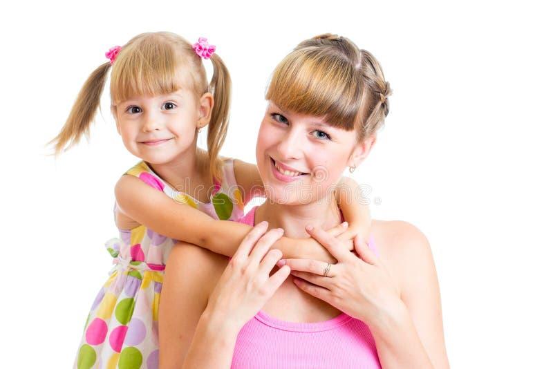 Fille heureuse de mère et d'enfant d'isolement sur le blanc image libre de droits