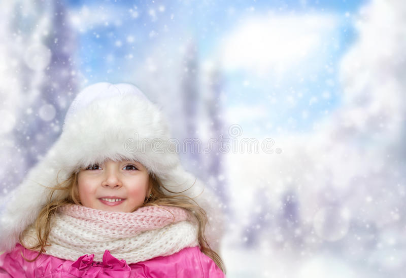 Fille heureuse de petit enfant dehors sur le bakground d'hiver, l'espace vide photos stock