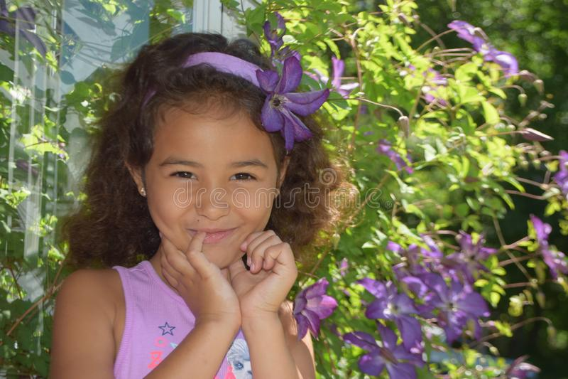 Fille heureuse de ressort avec des fleurs image stock