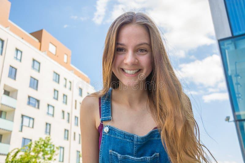 Fille heureuse de sourire d'adolescent dans la ville d'été photographie stock libre de droits