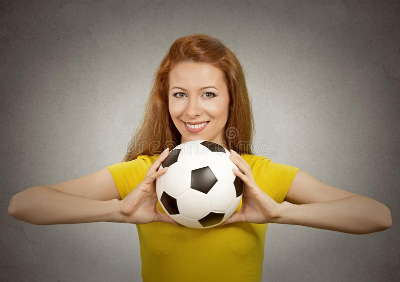 Fille heureuse du football dans le T-shirt jaune photos libres de droits