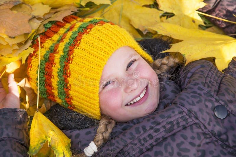 Fille heureuse en automne Feuilles image libre de droits