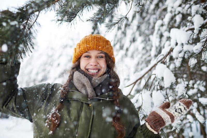 Fille heureuse en bois photographie stock libre de droits