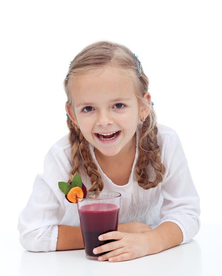 Fille heureuse en bonne santé avec du jus frais de betteraves image libre de droits