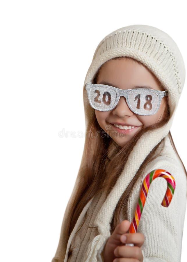 Fille heureuse en chapeau et verres avec l'inscription 2018 photos libres de droits