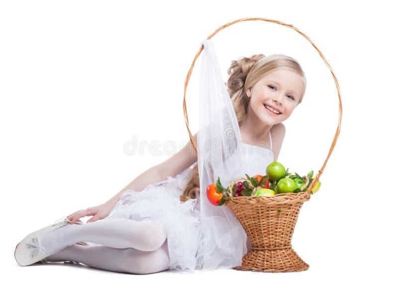 Fille heureuse et assez petite avec des fruits images stock