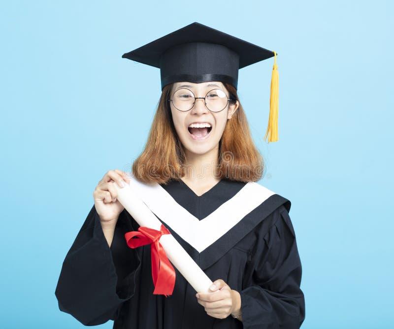 Fille heureuse et enthousiaste d'obtention du diplôme de succès photographie stock