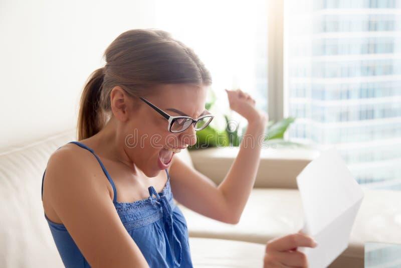 Fille heureuse excitée par de bonnes actualités dans la lettre, appréciant le succès photographie stock libre de droits