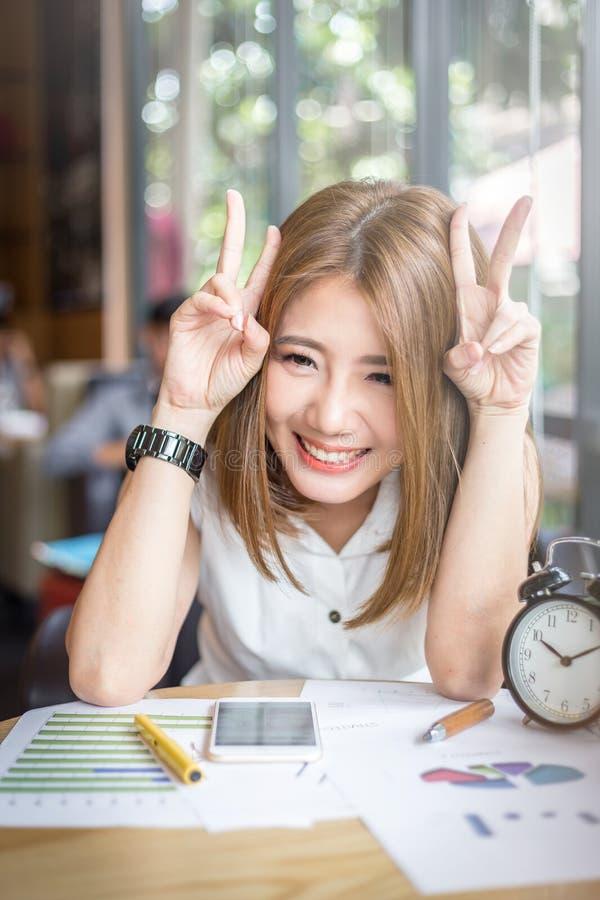 Fille heureuse mignonne de l'Asie travaillant dans le coffeeshop image libre de droits