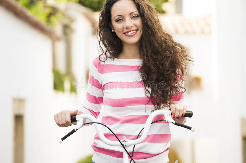 Fille heureuse montant une bicyclette photographie stock